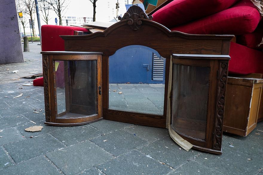 Nederland, Amsterdam, 13 feb 2015<br /> Grof vuil bij een volle container. De container staat bij een gebouw wat gerenoveerd moet worden. Bewoners moeten er uit en gooien alles weg wat ze niet naar hun nieuwe huis mee willen nemen. <br /> Foto: (c) Michiel Wijnbergh