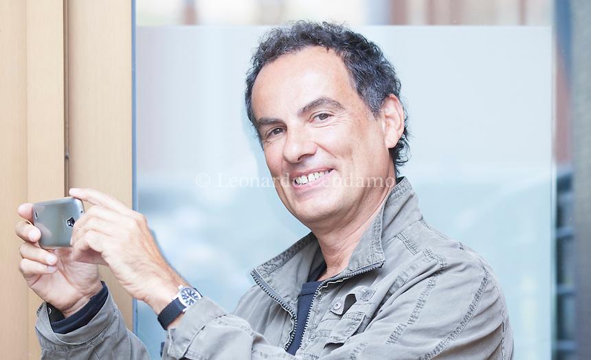 Andrea De Carlo è uno scrittore, musicista, pittore e fotografo italiano. Pordenone, 21 settembre 2014. Andrea De Carlo sta fotografando Angela Scipioni. © Leonardo Cendamo