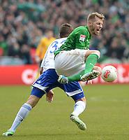 FUSSBALL   1. BUNDESLIGA   SAISON 2012/2013    28. SPIELTAG SV Werder Bremen - FC Schalke 04                          06.04.2013 Roman Neustaedter (li, FC Schalke 04) gegen Aaron Hunt (re, SV Werder Bremen)