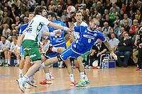 Igor Anic (VFL) setzt sich durch und wirft, links Momir Rnic (FAG)