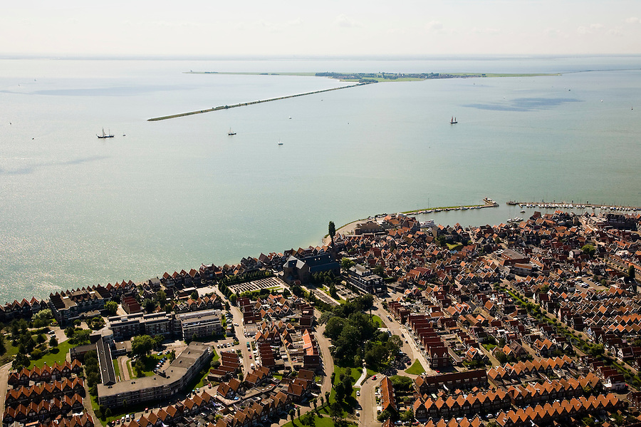 Nederland, Noord-Holland, Volendam, 14-07-2008; dorpskern met St. Vincentiuskerk en haven; aan de horizon het eiland Marken; voormalige visserplaats aan de Zuiderzee (IJsselmeer), tegenwoordig vormt toerisme belangrijke bron van inkomsten; centrum. .luchtfoto (toeslag); aerial photo (additional fee required); .foto Siebe Swart / photo Siebe Swart.
