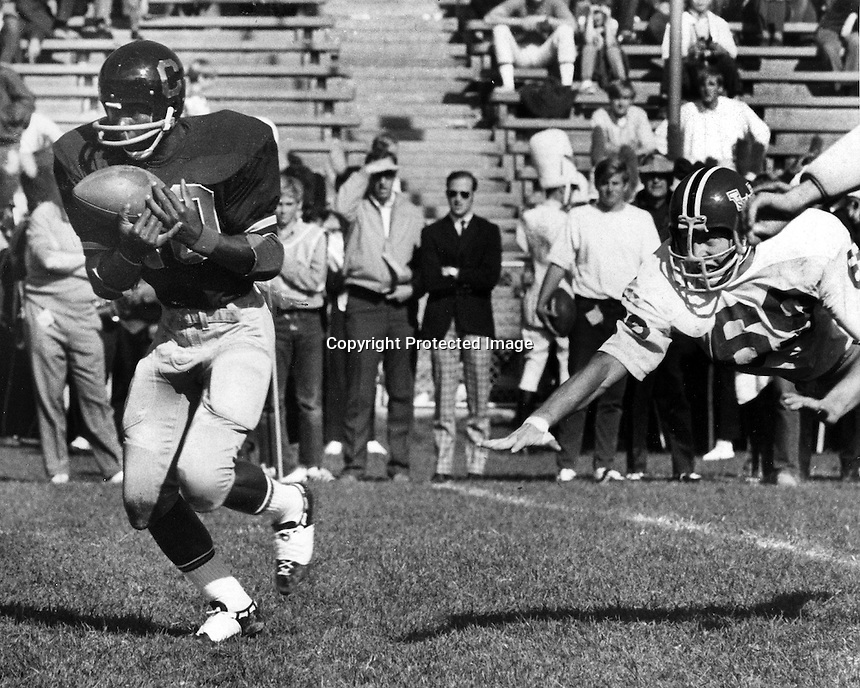 University of California's Bob Darby grabs pass from Dave Penhall and is off on a 44yd Touchdown .against the Washington Cougars. (1970 photo/Ron Riesterer)