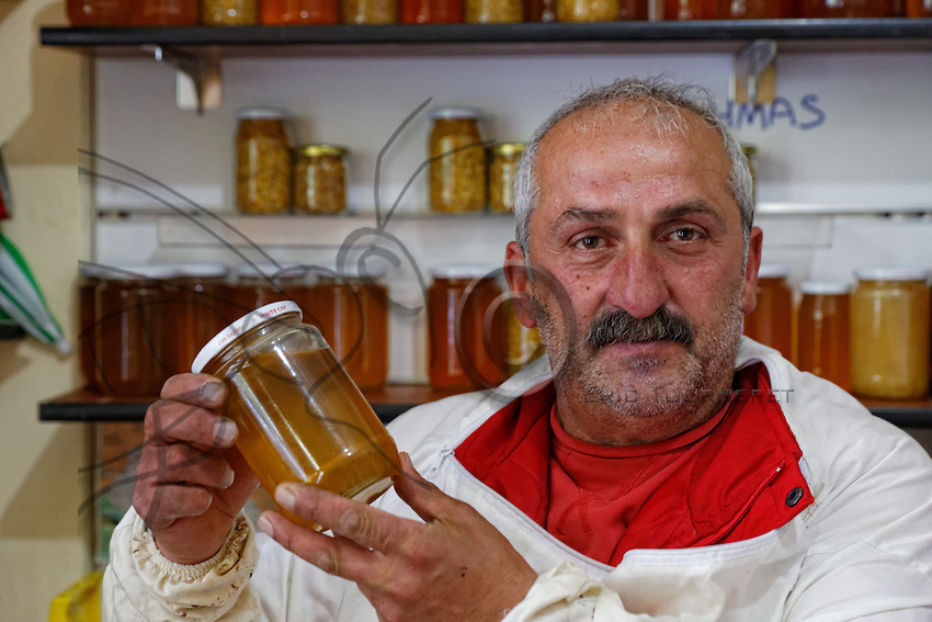 In his shop in the village of Anzer, Aslam Emin Arican offers us honey from the Anzer Plateau. The honey of Anzer is the most expensive in the world. Without the seal, Aslam sells it for 100€ per kilo. With the seal and the certification from the Hacettepe University in Ankara, the prices reaches 680 Turkish Lira or 170€. That's the price set by the Anzer honey cooperative in Rize.///Au village d'Anzer, Aslam Emin Arican dans sa boutique, nous propose le miel du plateau d'Anzer. Le miel d'Anzer est le plus cher au monde. Sans sceller, Aslam le propose à 100 € le kilo. Avec le sceller et la certification de l'Université de Hacettepe d'Ankara, le prix atteint 680 livres turques soit 170 €. C'est le prix donné par la coopérative du miel de Anzer à Rize.