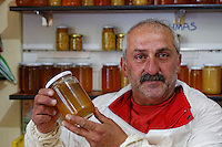 In his shop in the village of Anzer, Aslam Emin Arican offers us honey from the Anzer Plateau. The honey of Anzer is the most expensive in the world. Without the seal, Aslam sells it for 100€ per kilo. With the seal and the certification from the Hacettepe University in Ankara, the prices reaches 680 Turkish Lira or 170€. That's the price set by the Anzer honey cooperative in Rize.///Au village d'Anzer, Aslam Emin Arican dans sa boutique, nous propose le miel du plateau d'Anzer. Le miel d'Anzer est le plus cher au monde. Sans sceller, Aslam le propose à 100 € le kilo. Avec le sceller et la certification de l'Université de Hacettepe d'Ankara, le prix atteint 680 livres turques soit 170 €. C 'est le prix donné par la coopérative du miel de Anzer à Rize.