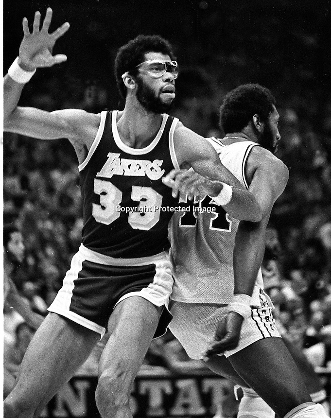 Golden State Warriors vs Los Angles Lakers, Kareem Addul-Jabbar guarded by Warriors Clifford Ray. (1977 photo/Ron Riesterer)