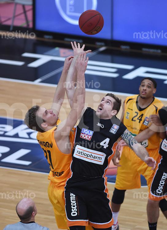 BEKO Basketball 1. Bundesliga 2014/2015  8. Spieltag Walter Tigers Tuebingen - ratiopharm Ulm        09.11.2014 Hochball; Anatoly Kashirov (Tigers) gegen Tim Ohlenbrecht (Mitte, Ulm)