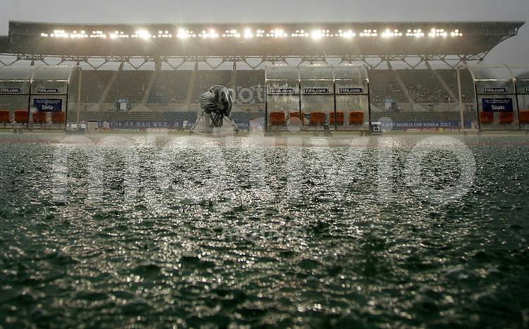 Fussball International U17 WM Korea  Syrien - Spanien Syria - Spain Starker Regen im Stadion.