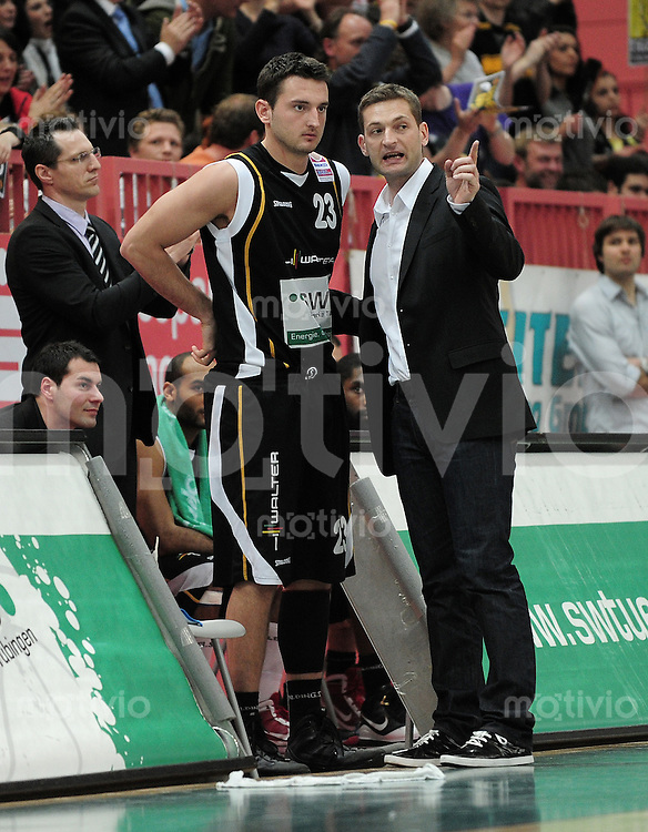 Basketball   1. Bundesliga 2009/2010  22.04.2010 Walter Tigers Tuebingen -   Telekom Baskets Bonn Tigers Trainer Igor Perovic (re) im Gespraech mit Andreas Kronhardt (Tigers)