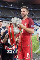 FUSSBALL EURO 2016 FINALE IN PARIS  Portugal - Frankreich          10.07.2016 Joao Moutinho (Portugal) mit dem EM Pokal