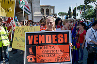 Roma 6 Giugno  2014<br /> Manifestazione e sciopero generale dei dipendenti del Comune di Roma, che in migliaia si sono ritrovati in piazza del Campidoglio contro il sindaco Ignazio Marino e per contestare i tagli alle retribuzioni e l&rsquo;incertezza sul futuro del cosiddetto salario accessorio.<br /> Rome June 6, 2014 <br /> Demonstration and general strike of the employees of the City of Rome, thousands gathered in the square of the Capitol against the mayor Ignazio Marino and against the wage cuts and uncertainty about the future of the so-called wage accessory.