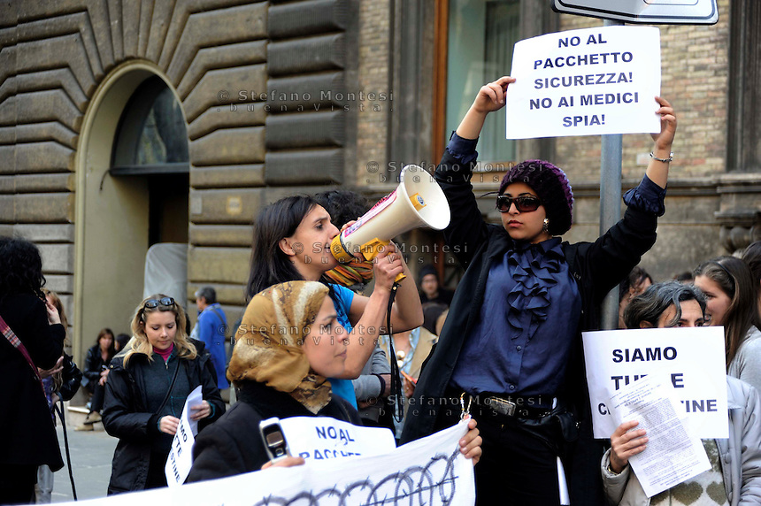 Roma 3 Aprile 2009.Manifestazione dell'Assemblea romana di femministe e lesbiche davanti al Ministero del Lavoro, Salute, Politiche Sociali, in solidarieta alla donne ivoriana denunciata come clandestina da un medico dell'ospedale Fatebenefratelli di Napoli..Rome, April 3, 2009.Manifestation Assembly Roman feminist and lesbian in front of the Ministry of Labor, Health, Social Policies, in solidarity with the Ivorian women denounced as illegal by a doctor Fatebenefratelli Hospital of Naples..The banner reads: No medical spy, No security package .