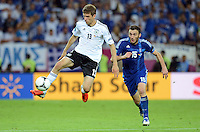 FUSSBALL  EUROPAMEISTERSCHAFT 2012   VIERTELFINALE Deutschland - Griechenland     22.06.2012 Thomas Mueller (li, Deutschland) gegen Vassilis Torossidis (re, Griechenland)
