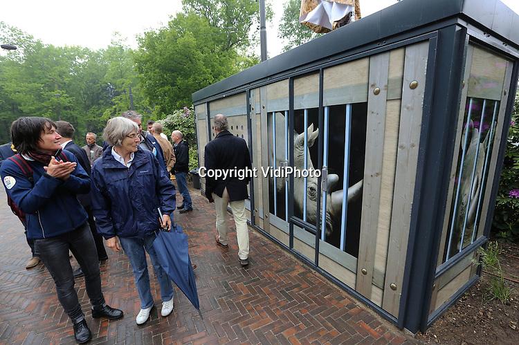 """Foto: VidiPhoto..ARNHEM - Buschauffeurs van Breng/Connexxion hebben sinds woensdag een bijzonder vormgegeven onderkomen bij Burgers' Zoo in Arnhem. De zogenoemde """"eindpuntvoorziening"""", een wachtruimte inclusief toilet voor buschauffeurs, heeft het uiterlijk van een transportkist voor neushoorns. Burgers' Zoo ontvangt 1,5 miljoen bezoekers per jaar en is daarmee één van de drukst bezochte attracties van Nederland. Het is de bedoeling dat ook de in de rest van Nederland thematische wachtruimten voor buschauffeurs gebouwd worden.."""