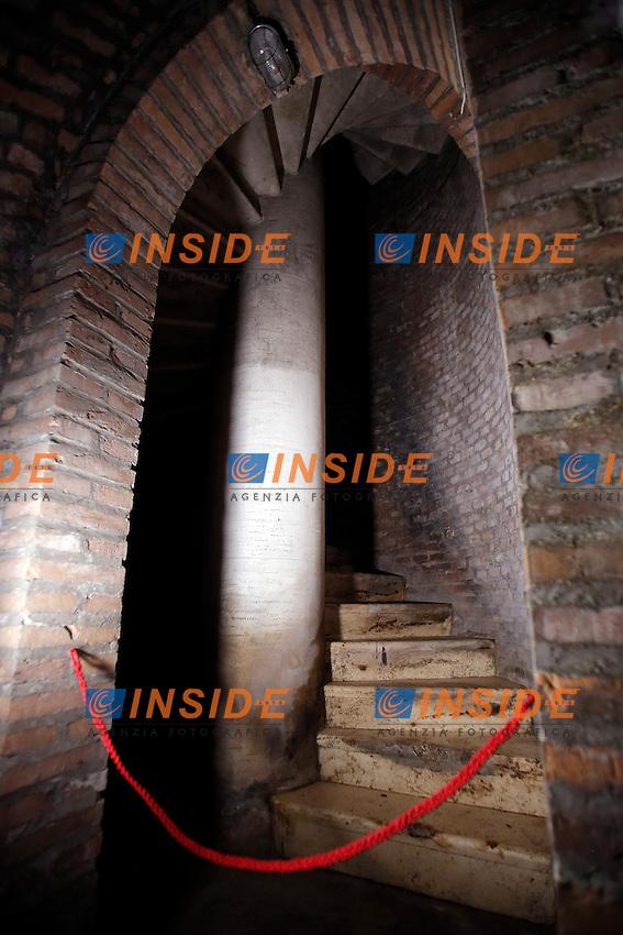 La scala a chiocciola che portava all'uscita posteriore<br /> Roma 24-03-2016 Da sabato apre, dopo 70 anni di abbandono, il bunker reale, appartenente alla famiglia Savoia. Il bunker fu realizzato presumibilmente intorno al 1940-42, ad una distanza di circa 350m dalla palazzina reale, dentro Villa Ada. L'entrata del bunker, che si trova al livello stradale, permetteva l'entrata delle automobili. La struttura, situata a 200m di profondit&agrave;', ha una struttura circolare. Il bunker aveva un sistema di riciclo e deputazione dell'aria, che permetteva un totale isolamento anche in assenza di energia elettrica. Il sistema di filtraggio veniva azionato tramite energia cinetica, pendolando su una sorta di bicicletta. Completano il rifugio, due bagni, un'anticamera e 2 ambienti di servizio. Il bunker era dotato di una via di fuga secondaria, con l'accesso da una bellissima scala a chiocciola.<br /> Rome 24th March 2016. Opening after 70 years of the Royal bunker, belonged to the Savoy family. The bunker was built between 1940 and 1942 and was 250m far from the Royal House, inside Villa Ada park. The entry of the bunker was made to allow cars entrance. The structure was built 200m deep, inside a hill. The bunker, composed of various rooms, had a complicated system  of aeration, with filters to depurate air, even in lack of electricity. People had to ride on a bicycle to produce kinetic energy. The entrance door, a security and antigas door, has a weight of 5.300 lbs.<br /> Photo Samantha Zucchi Insidefoto