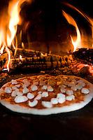 Haciendo pizzas en casa de Arturo Arguelles socio de Tintorera para el libro de Primos.  Making Pizzas at Arturo Arguelle's house, partner of Tintorera.  Pedregal, Mexico.