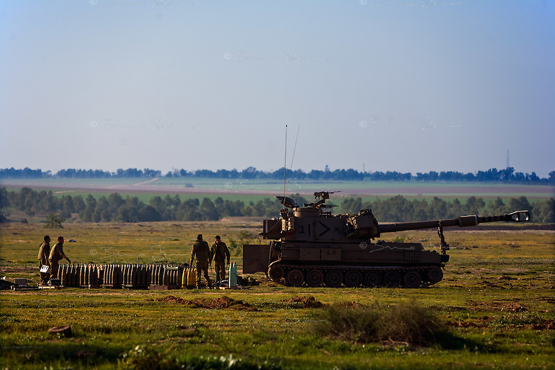 Re'im, Jan 05 2009.A 155mm howitzer from the IDF in position a few kilometers from the Gaza strip border.