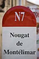 Europe/France/Rhône-Alpes/26/Drôme/Env de Montélimar:  Panneaux publicitaires  pour le Nougat de Montélimar en forme  de borne routière de la Nationale 7