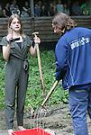 Foto: VidiPhoto<br /> <br /> ARNHEM - In Burgers' Zoo in Arnhem zijn vrijdagmiddag de eerste dierentuinvloggers van Europa gepresenteerd. De 16-jarige Jeanne van den Brink uit Arnhem en de 26-jarige Jeroen Noordzij uit Nijmegen zullen vanaf nu wekelijks hun avonturen voor en achter de schermen van de Arnhemse dierentuin publiceren op het YouTube-kanaal van het dierenpark. Burgers' heeft hiermee een Europese primeur in de dierentuinwereld. Het dierenpark kwam het idee om Video Rangers, zoals ze genoemd worden, in te schakelen omdat vloggen een enorme hype is onder jongeren. De twee vloggers krijgen alle journalistieke vrijheid om hun onderwerpen te presenteren, het moet alleen inhoudelijk en feitelijk correct zijn. De beide Rangers krijgen krijgen voor hun filmwerkzaamheden alleen een onkostenvergoeding. Foto: Jeanne maakt haar eerste offici&euml;le vlog.