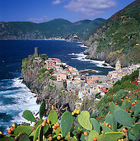 Italy, Liguria, Vernazza: View of Cinque Terre village, UNESCO World Heritage Site | Italien, Ligurien, Cinque Terre, Vernazza: UNESCO-Weltkulturerbe