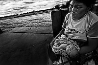 An indigenous woman with a sick child has been waiting more than a day for a ride to their community more than 50 kilometers away. . Una mujer indígena con su hijo enfermo lleva esperando más de un día para que la lleven a su comunidad a más de 50 kilómetros. Paraguay is along with Haiti, the country with more babies death during their delivery. The country also leads the statistics of young mothers.On the other side, ilegal abortion is the main cause of death of women under 19 years old.