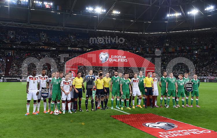 Fussball International EM 2016-Qualifikation  Gruppe D  in Gelsenkirchen 14.10.2014 Deutschland - Irland Gemeinsames Gruppenbild der beiden Teams gegen Rassismus