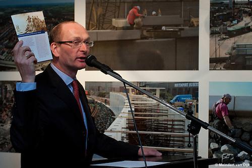 Hugo ter Avest van het Hannemahuis te Harlingen presenteert de nieuwe rondwandeling 'Koppen boven water' tijdens de opening van de gelijknamige tentoonstelling 'Koppen boven water - 500 jaar bescherming tegen het water'.