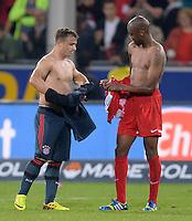 Fussball  1. Bundesliga  Saison 2013/2014  4. Spieltag SC Freiburg - FC Bayern Muenchen        27.08.2013 Trikottausch; Xherdan Shaqiri (li, FC Bayern Muenchen) und Gelson Fernandes (SC Freiburg)