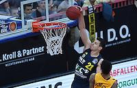 Basketball  1. Bundesliga  2016/2017  Hauptrunde  14. Spieltag  16.12.2016 Walter Tigers Tuebingen - Alba Berlin Dunking; Dragan Milosavljevic (li, Alba) gegen Stanton Kidd (re, Tigers)
