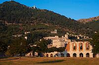 Veduta di Gubbio con il Teatro Romano  e  il Palazzo dei Consoli