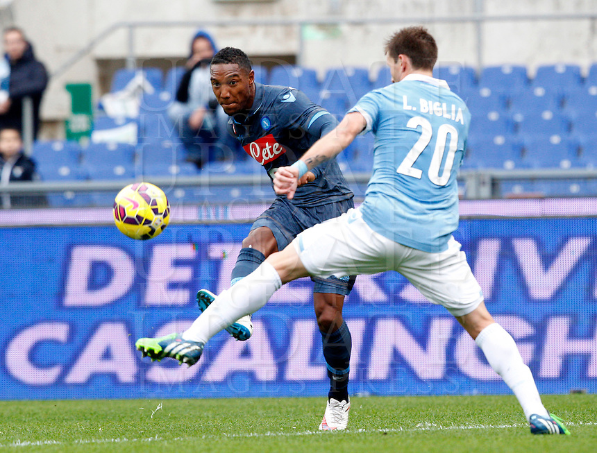 Calcio, Serie A: Lazio vs Napoli. Roma, stadio Olimpico, 18 gennaio 2015.<br /> Napoli&rsquo;s Jonathan De Guzman is challenged by Lazio&rsquo;s Lucas Biglia, right, during the Italian Serie A football match between Lazio and Napoli at Rome's Olympic stadium, 18 January 2015.<br /> UPDATE IMAGES PRESS/Riccardo De Luca