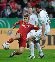 Fussball DFB Pokal:  Saison   2011/2012  2. Runde  26.10.2011 FC Bayern Muenchen - FC Ingolstadt 04 Thomas Mueller (li, FC Bayern Muenchen) gegen Malte Metzelder (FC Ingolstadt )