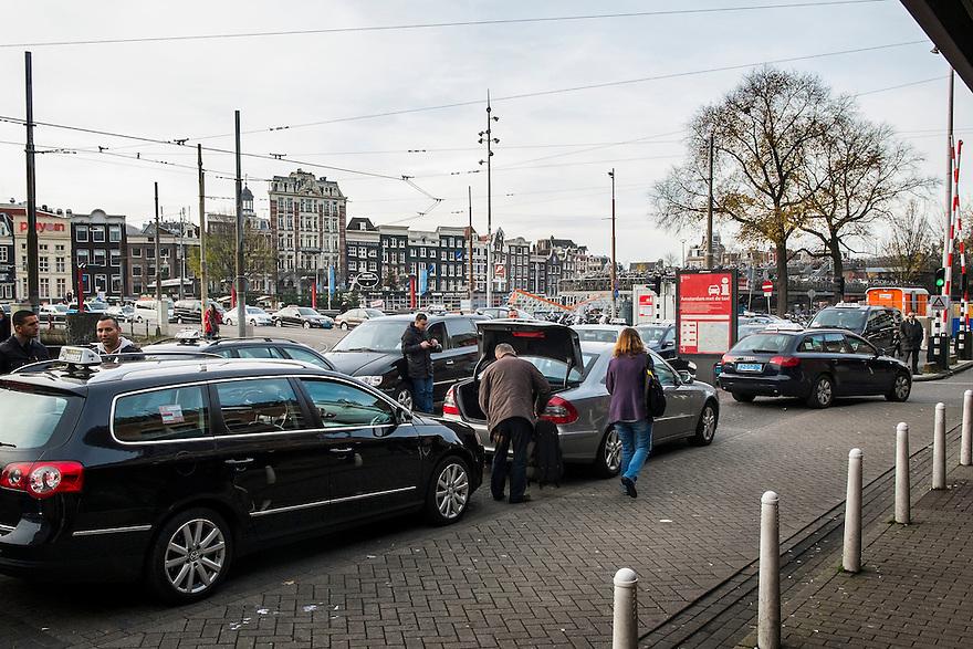 Nederland,  Amsterdam, 14 nov 2013<br /> Taxistandplaats bij ns-station Amsterdam Centraal.<br /> <br /> Foto: (c) Michiel Wijnbergh