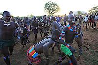 In the village of Bori, in the land of the Banas during the initiation of the young Aïke, the mazas perform a dance in honor of the Aïke, the nephew of a respected chief.///Village de Bori, pays Bana à la fin de  l'initiation du jeune Aïké, les Mazas offrent une danse en l'honneur d'Aiké, le neveu d'un chef respecté.