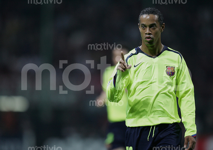 FUSSBALL Champions League 2005/2006 Halbfinal Hinspiel AC Mailand 0-1 FC Barcelona Ronaldinho (FC B) zeigt