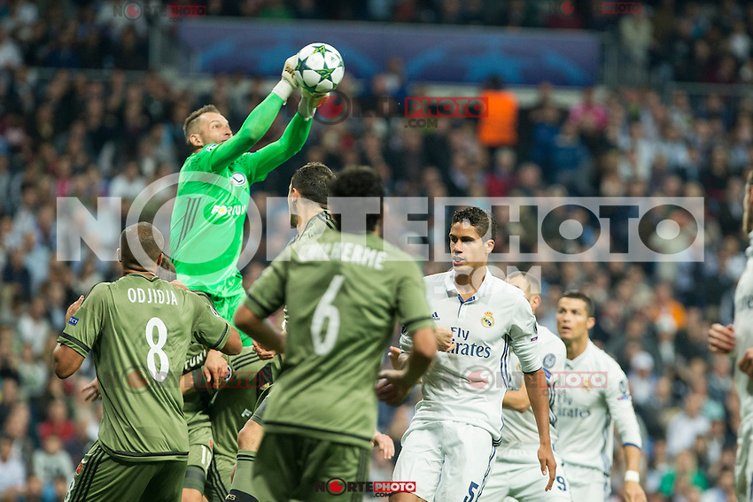 Legia Warszawa's Arkadiusz Malarz during the match of UEFA Champions League group stage between Real Madrid and Legia de Varsovia at Santiago Bernabeu Stadium in Madrid, Spain. October 18, 2016. (ALTERPHOTOS/Rodrigo Jimenez) /NORTEPHOTO.COM