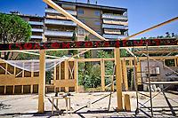 Roma 20 Agosto 2016<br /> Il Centro sociale Corto Circuito, al  quartiere Cinecitt&agrave;, ricostruisce  il padiglione di 250 mq, andato completamente distrutto dall&rsquo; incendio del 2012, usando la tecnica bioedilizia greb e permacultura.diventando il pi&ugrave; grande  cantiere in Italia che usa questa tecnica. Per la costruzione  del padiglione  verranno impiegate 1000 balle di paglia  e 35 mt cubi di legno, per il  pavimento verranno usate 17000 bottiglie di vetro da 66c,  con 3 vasche di fitodepurazione delle acque grigie. Il coefficiente  di insonorizzazione e coibentazione e resistenza al fuoco REI 60 e antisismico, Classe energetica A. Ogni giorno vi lavorano  circa 20 volontari, la spesa finale sar&agrave; di 70000 euro in parte gi&agrave; raccolta con sottoscrizioni e donazioni.