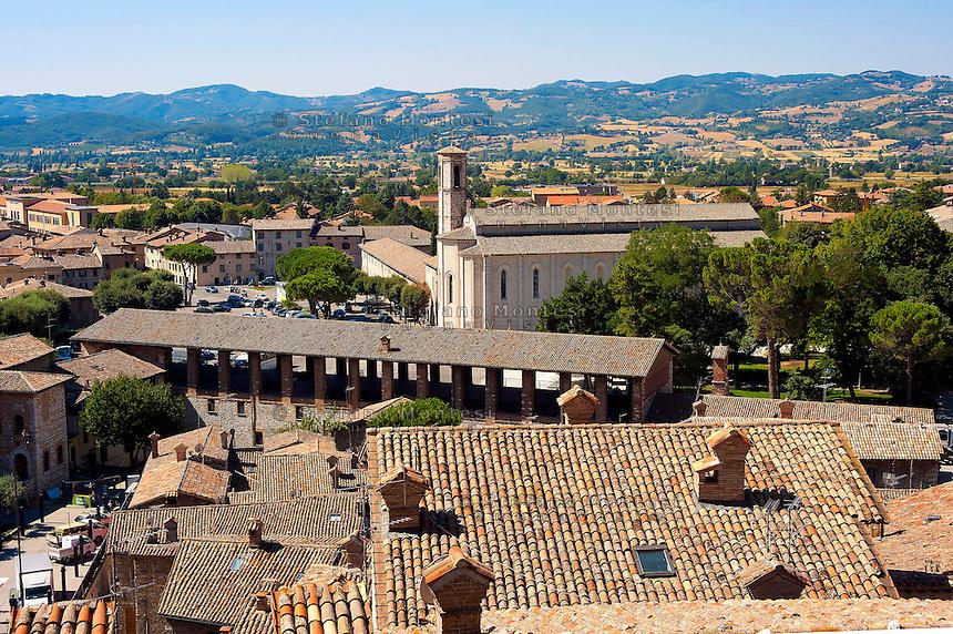 Veduta di Gubbio da Piazza Grande, con Loggia dei Tiratoi e la chiesa di San Francesco