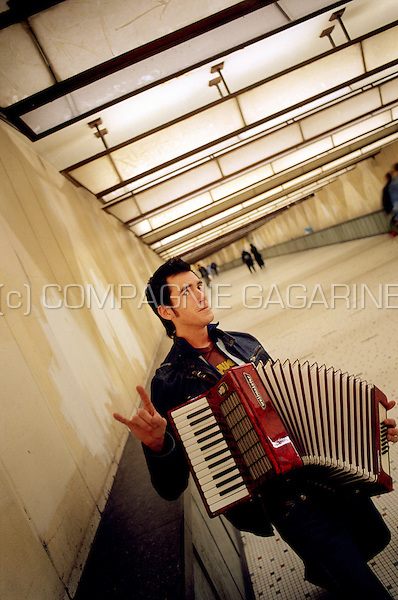 Belgian TV host/ musician Gerrit Decock pictured as a street musician in the Brussels-Central railway station (Belgium, 14/10/2004)