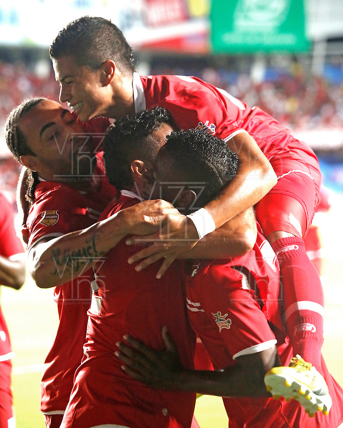 CALI -COLOMBIA-08-09-2013. Jugadores del América celebran un gol durante el partido entre América de Cali y Llaneros válido por la fecha 11 del Torneo Postobón II 2013 en el estadio Pacual Guerrero./ Players of America celebrate a goal during the match between America de Cali and Llaneros valid for the 11th date of Postobon Tournament II 2013 at Pascual Guerrero stadium. Photo: VizzorImage/Juan C. Quintero/STR