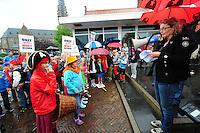 ALGEMEEN: SINT NICOLAASGA: parkeerterrein naast zalencentrum Sint Nicolaasga, 31-05-2012, Manifestatie tegen sluiting bibliotheek St. Nicolaasga, Liedeke (links voor op de foto, als piraat) heeft zich de afgelopen weken sterk gemaakt voor het behoud van de bieb en de schoolkinderen opgeroepen om zo veel mogelijk verkleed als hun favoriete boekpersonage naar de manifestatie te komen, mede-initiatiefneemster Hillie de Koe (SP werkgroep) spreekt de aanwezigen toe, ©foto Martin de Jong