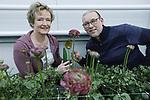 Foto: VidiPhoto<br /> <br /> 's-GRAVENZANDE - Leen van Velden (met zijn vrouw), van de maatschap Van Velden-Seuneke, bij de ranonkel pon-pon malva.