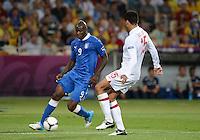FUSSBALL  EUROPAMEISTERSCHAFT 2012   VIERTELFINALE England - Italien                     24.06.2012 Mario Balotelli (li, Italien) gegen Joleon Lescott (re, England)