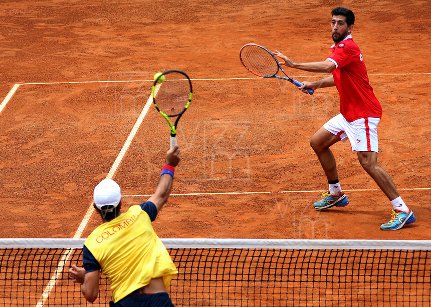 MEDELLIN - COLOMBIA - 08 - 04 - 2017: Robert Farah de Colombia devuelve de revés la bola a Hans Podlipnik de Chile, durante partido de dobles de la serie final de partidos en el Grupo I de la Zona Americana de la Copa Davis, partidos entre Colombia y Chile, en Country Club Ejecutivos de la ciudad de Medellin. / Robert Farah of Colombia returs in a backhand the ball to Hans Podlipnik of Chile, during doubles match to the final series of matches in Group I of the American Zone Davis Cup, match between Colombia and Chile, at the Country Club Executives in Medellin city. Photo: VizzorImage / Juan C Quintero / Fedetenis / Cont.