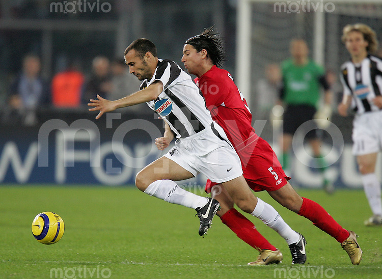 Fussball International Champions League 2004/2005 Viertelfinal - Rueckspiel Juventus Turin 0-0 FC Liverpool Milan Baros (FC L,re) gegen Paolo Montero (Juve)