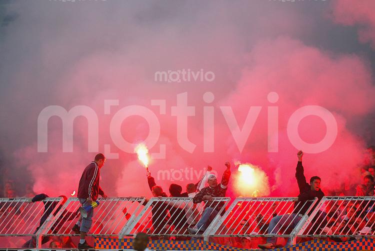 Das Foto vom 23.05.2005 zeigt Anhaenger des FC Lokomotive Leipzig, die im Bruno-Plache-Stadion bengalische Feuer abbrennen. Am Samstag (10.02.2007) war es am Rande der Pokalpartie zwischen dem 1. FC Lokomotive Leipzig und Ergebirge Aue II zu drastischen Ausschreitungen gekommen.