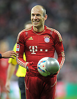 FUSSBALL   1. BUNDESLIGA  SAISON 2011/2012   17. Spieltag FC Bayern Muenchen - 1. FC Koeln       16.12.2011 Arjen Robben (FC Bayern Muenchen) mit dem geplatzten Adidas Ball Torfabrik