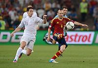 FUSSBALL  EUROPAMEISTERSCHAFT 2012   VIERTELFINALE Spanien - Frankreich      23.06.2012 Samir Nasri (li, Frankreich) gegen Andres Iniesta (re, Spanien)