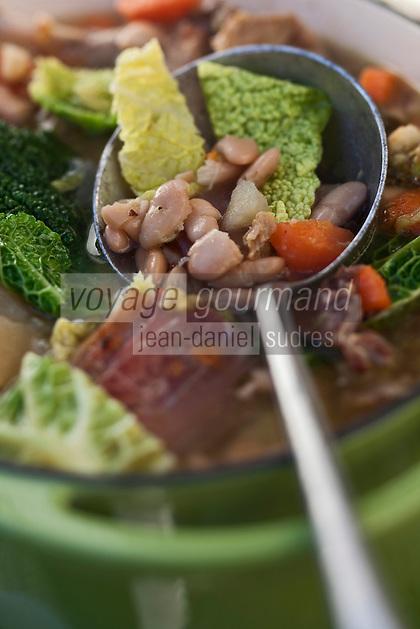 Europe/France/Midi-Pyr&eacute;n&eacute;es/65/Hautes-Pyr&eacute;n&eacute;es/Vall&eacute;e du Louron/Estarvielle: Garbure, recette de  Fr&eacute;d&eacute;ric Chupin de l'H&ocirc;tel des Cimes<br /> La garbure (de l'occitan gascon garbura) est une soupe au chou avec morceaux de l&eacute;gumes et talon de jambon, traditionnelle de la cuisine gasconne dans le sud-ouest de la France. La garbure &eacute;tait l'aliment quotidien des paysans gascons. Servie en potage ou en plat de r&eacute;sistance