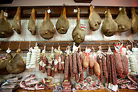 Italian artisan food shop, Cacio Di Pienze, selling pork salami, prosciutto and cured sausages in Pienza, Tuscany, Italy RESERVED USE - NOT FOR DOWNLOAD - FOR USE CONTACT TIM GRAHAM