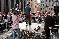 Roma  29 Settembre 2011.Manifestazione al Pantheon per protestare  la legge sulle intercettazioni e contro il «bavaglio all'informazione», proposta dal Governo Berlusconi. L'intervento di Roberto Natale, Presidente della Federazione nazionale della stampa italiana (Fnsi).